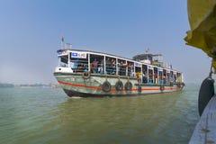 Bärande passagerare för Staemer fartyg för Kolkata och Howrah, Indien arkivbild