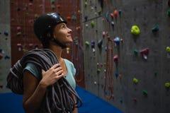 Bärande rep för idrottsman nen som ser upp, medan stå i idrottshall Arkivbilder