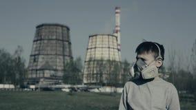 Bärande respiratormaskering för tonåring mot fabrikslampglas Pojken kväv på grund av föroreningen Hosta för grabb stock video