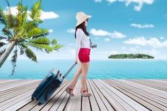 Bärande resväska för handelsresande på pir Royaltyfri Foto