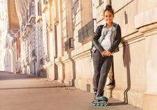 Bärande rullskridskor för tonårs- flicka som rider i stad royaltyfri fotografi