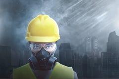 Bärande säkerhetsskydd för attraktiv asiatisk byggnadsarbetare arkivfoton