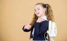 Bärande saker i ryggsäck Lär hur den färdiga ryggsäcken korrekt Bär liten trendig cutie för flickan ryggsäcken populärt royaltyfri foto