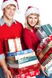 bärande shoppa för julpargåvor Arkivfoton