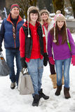 Bärande shopping för tonårs- familj arkivfoto