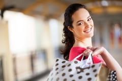 Bärande shoppingpåsar för kvinna Fotografering för Bildbyråer