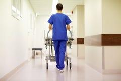 Bärande sjukhusgurney för sjuksköterska till akutmottagning Royaltyfri Bild