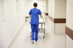 Bärande sjukhusgurney för sjuksköterska till akutmottagning Royaltyfria Bilder