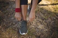 Bärande skor för kvinna efter genomkörare under hinderkurs royaltyfria bilder