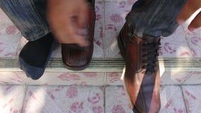 Bärande skor för man stock video