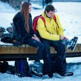 Bärande skridskor för ung flicka och för kamrat i Trakai av Litauen royaltyfria foton