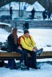 Bärande skridskor för ung flicka och för kamrat i Trakai i Litauen royaltyfria bilder