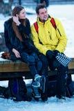 Bärande skridskor för ung flicka och för kamrat i Trakai Litauen royaltyfri foto
