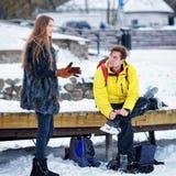 Bärande skridskor Trakai Litauen för ung flicka och för kamrat royaltyfri foto
