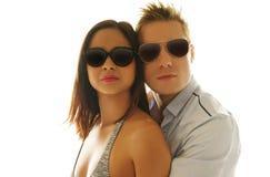 Bärande skuggor för älskvärda Caucasian par tillsammans Royaltyfri Bild