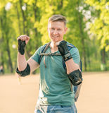 Bärande skydd för man för aktivt le för sport Royaltyfria Foton