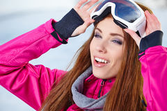 Bärande skyddsglasögon för härlig kvinna i snöig vinter Fotografering för Bildbyråer