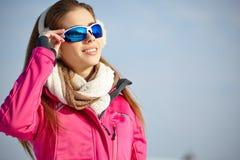 Bärande skyddsglasögon för härlig kvinna i snöig vinter Royaltyfria Foton