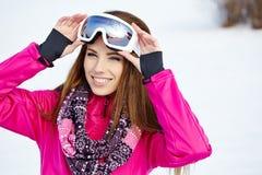 Bärande skyddsglasögon för härlig kvinna i snöig vinter Arkivfoton