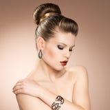 Bärande smycken för modeflicka Royaltyfria Foton