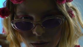 Bärande solexponeringsglas för säker kvinna, modern stil, ovanlig skönhet, ultrarapid arkivfilmer