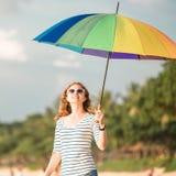 Bärande solglasögon för attraktiv caucasian kvinna Royaltyfri Fotografi