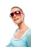 Bärande solglasögon för härlig brunbränd kvinna royaltyfri foto