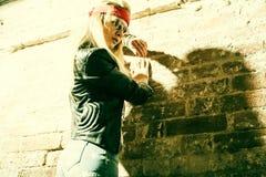 Bärande solglasögon för härlig hippie för ung kvinna Royaltyfri Foto