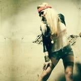 Bärande solglasögon för härlig hippie för ung kvinna Stående av en ny härlig modeändring Royaltyfri Bild