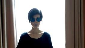 Bärande solglasögon för kall kvinna för hipster asiatisk med backlighting arkivbilder
