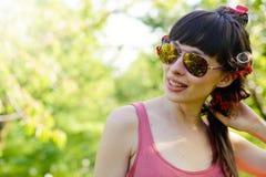 Bärande solglasögon för kvinna utomhus arkivbild