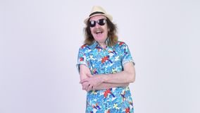 Bärande solglasögon för lycklig hög turist- man med armar korsat klart för semester lager videofilmer