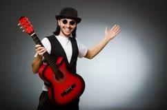 Bärande solglasögon för man och spelagitarr Fotografering för Bildbyråer