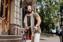 Bärande solglasögon för positiv stilfull man Arkivfoto