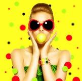 Bärande solglasögon för skönhetmodellflicka arkivfoton