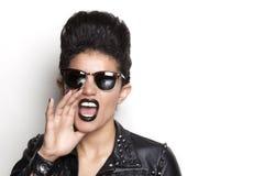 Bärande solglasögon för skrikig kvinna och läderomslag Arkivfoto