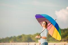 Bärande solglasögon för ung caucasian kvinna med Royaltyfri Bild