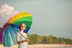 Bärande solglasögon för ung caucasian kvinna med Royaltyfria Bilder