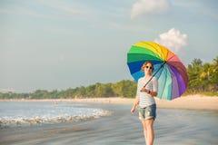 Bärande solglasögon för ung caucasian kvinna med Arkivbilder