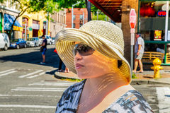Bärande solglasögon för ung kvinna och solhatt royaltyfria bilder