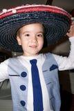 Bärande sombrero för ung pojke, traditionell mexikansk hatt royaltyfria foton