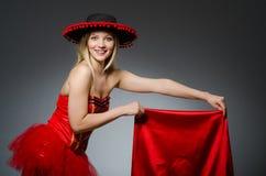 Bärande sombrerohatt för kvinna Royaltyfri Fotografi