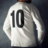 Bärande sportskjorta för man med nummer tio Arkivbild