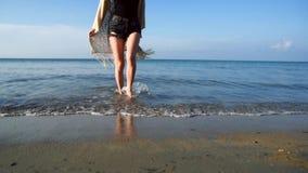 Bärande sugrörhatt för ung kvinna som tycker om och dansar vid havet stock video