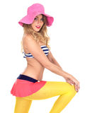 Bärande tappningbikini för ung kvinna och en Straw Sun Hat fotografering för bildbyråer
