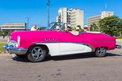 Bärande touristst för klassisk bil i havannacigarr Royaltyfri Foto