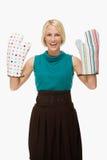 Bärande ugnshandskar för kvinna royaltyfri foto