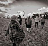 Bärande ungdom för poncho på en festival royaltyfria foton