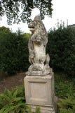 Bärande vapensköld för lejonstaty på en sockel royaltyfri fotografi