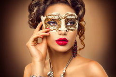 Bärande venetian maskering för skönhetmodellkvinna Royaltyfri Bild